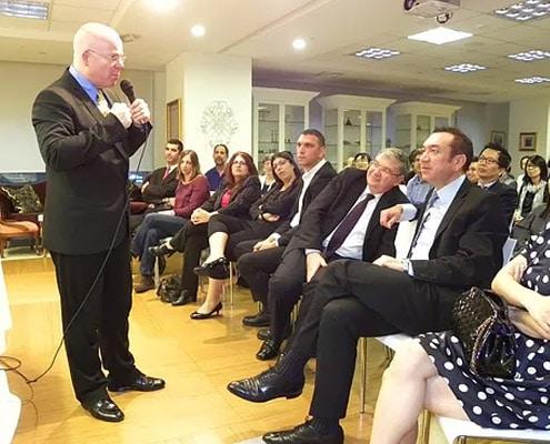 עמידה מול קהל ודיבור באנגלית - 3 טיפים שכדאי לזכור